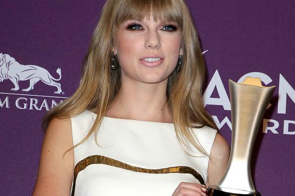 Taylor Swift winning an ACM Award 2012