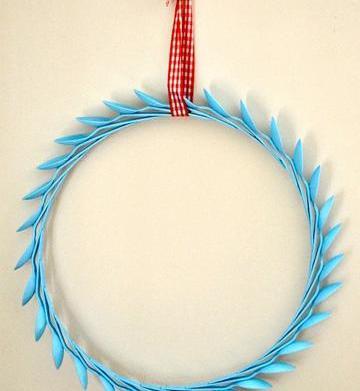 DIY plastic spoon wreath