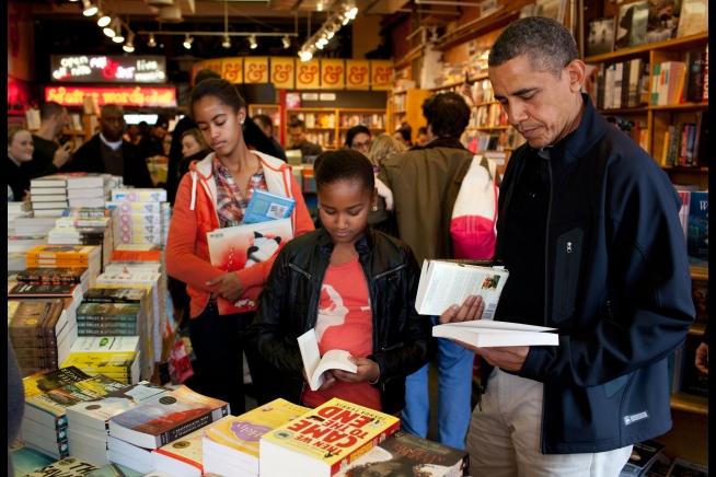 obama-shopping-with-malia-sasha-2011
