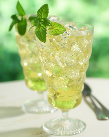 Green iced tea with mint and ginger