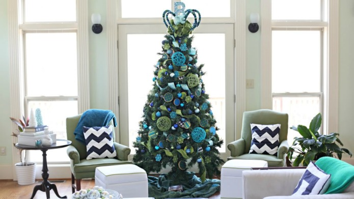5 dazzling Christmas tree themes to