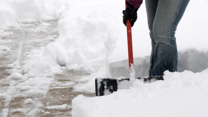 Inspiring teenager shovels snow for elderly