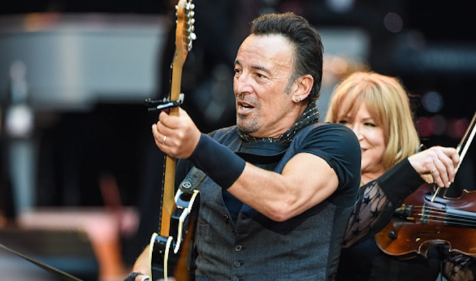 Bruce Springsteen stops concert for marriage
