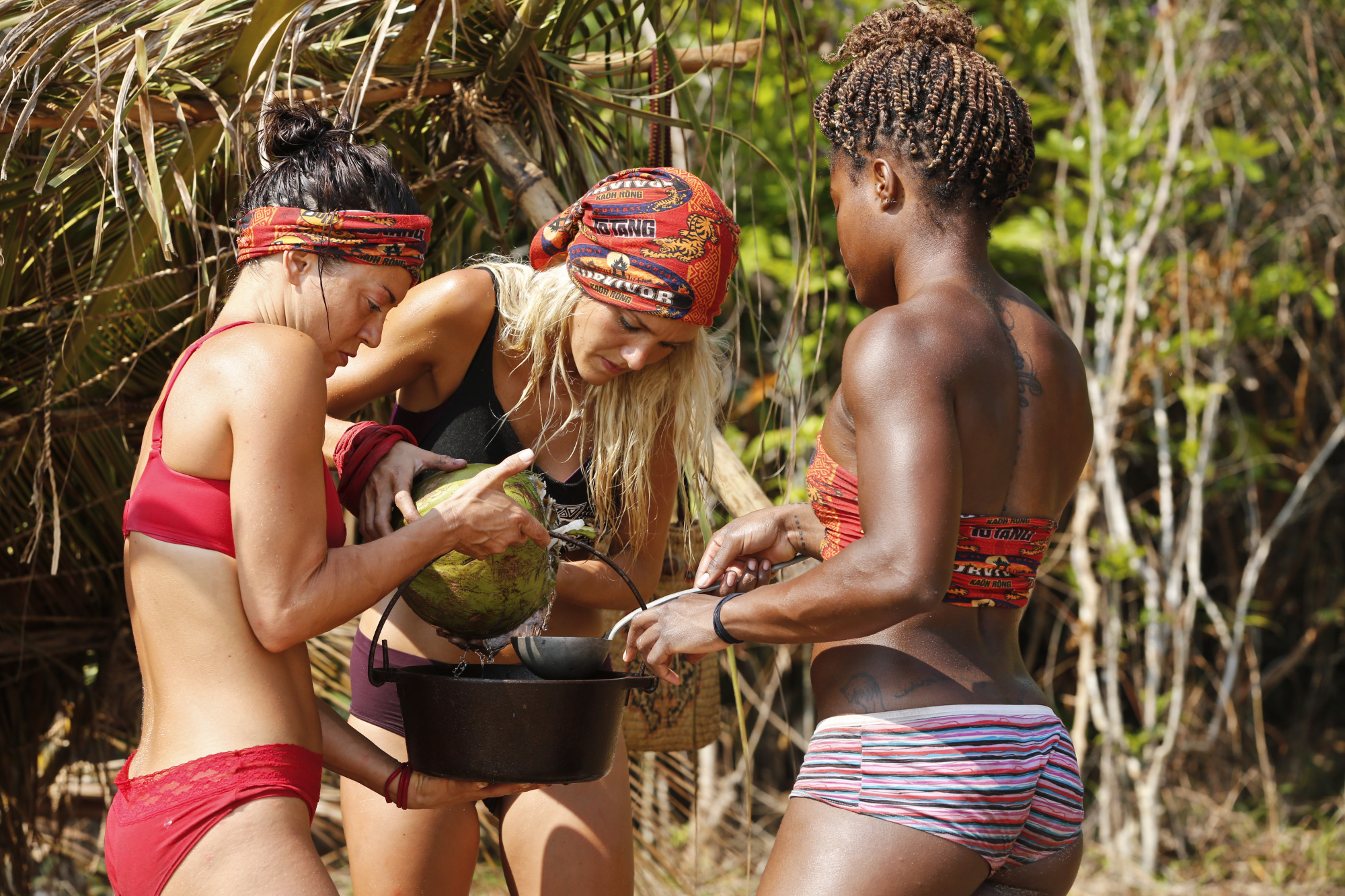 Jennifer Lanzetti works with Alecia Holden and Cydney Gillon at Brawn camp on Survivor: Kaoh Rong