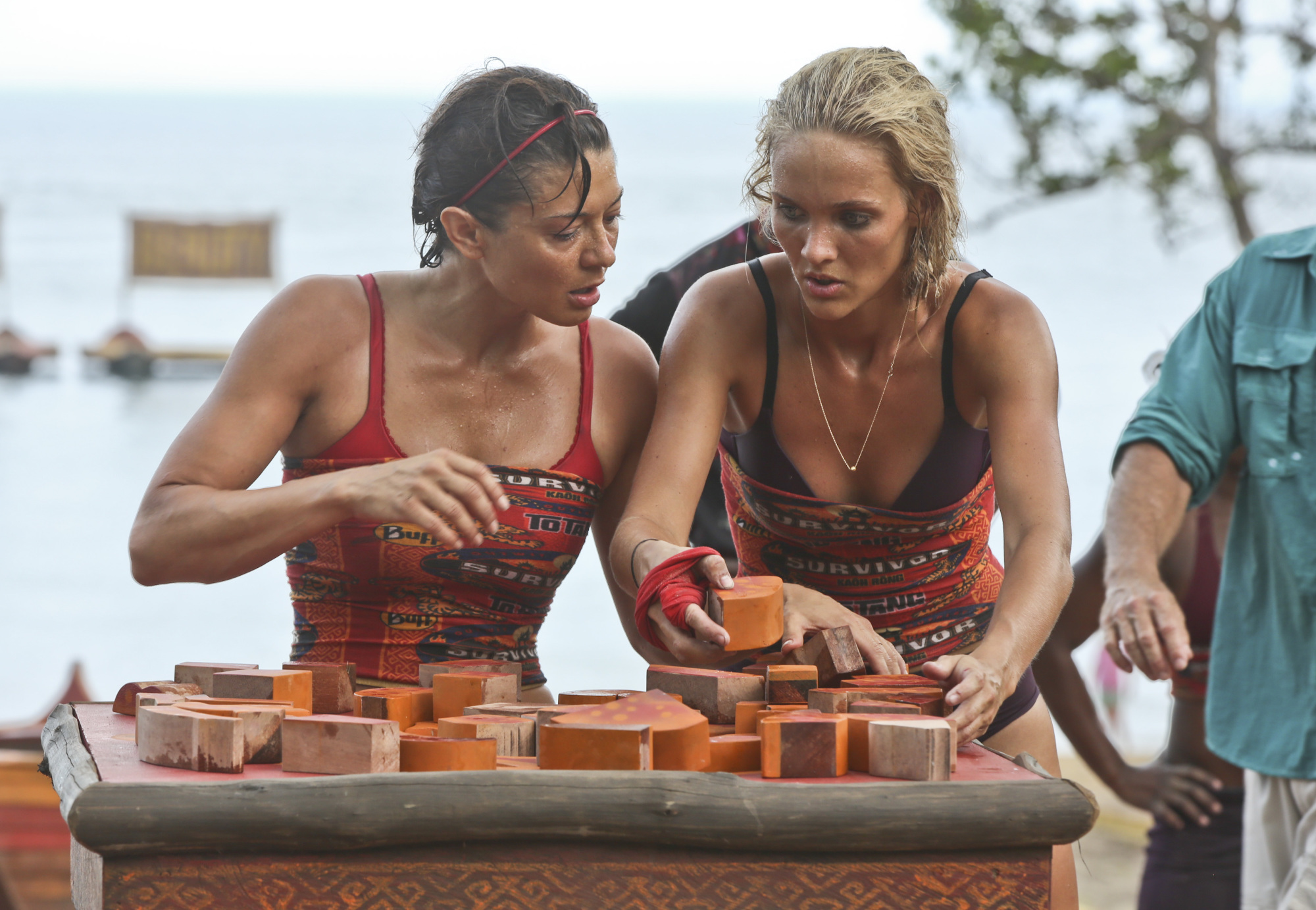 Jennifer Lanzetti and Alecia Holden work on puzzle in Survivor: Kaoh Rong challenge