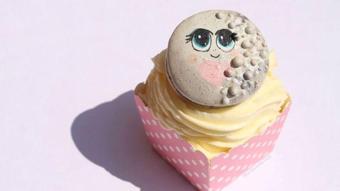 Someone made a Pluto macaron, and