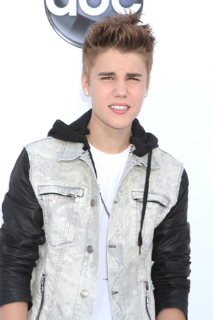 Justin Bieber tussles with photographer