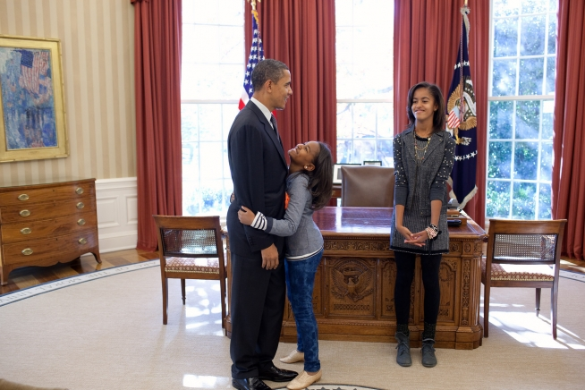 sasha-malia-obama-turkey-pardon-2010