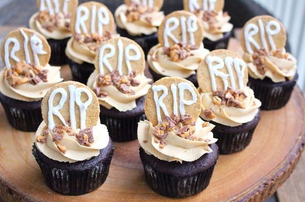 20 Spooky Cupcake Ideas That'll Take Your Halloween Party Dessert Table to the Next Level