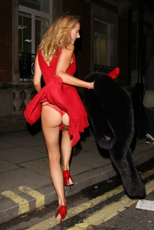 Kimberley Garner accidentally exposes her butt to paparazzi