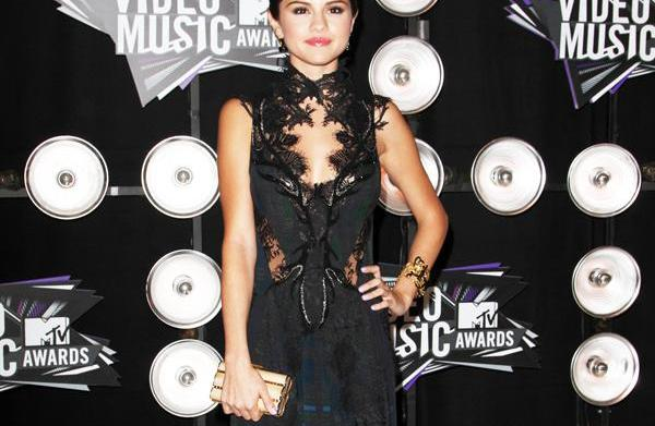Score Selena Gomez's smoldering VMAs style