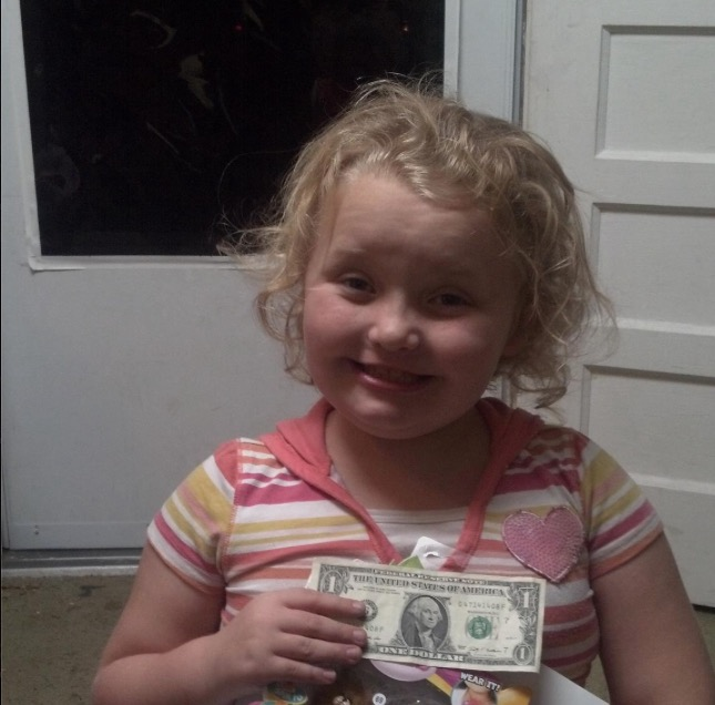 Honey Boo Boo showing off the cash a fan sent her in November 2012