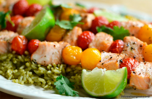 Salmon and cherry tomato skewers with Mexican green rice