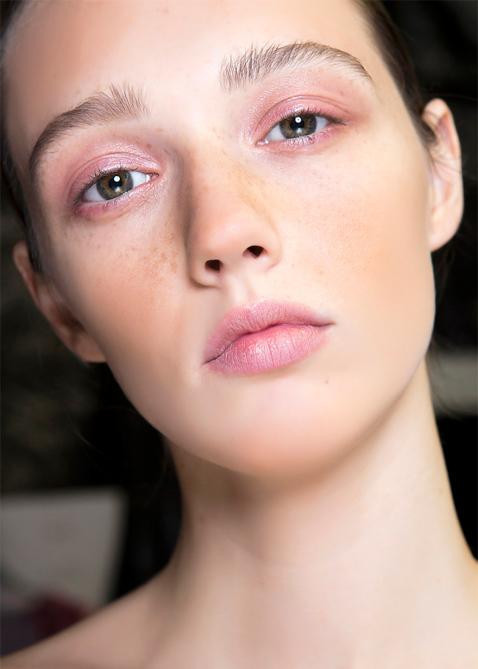 Lipgloss of eyelids