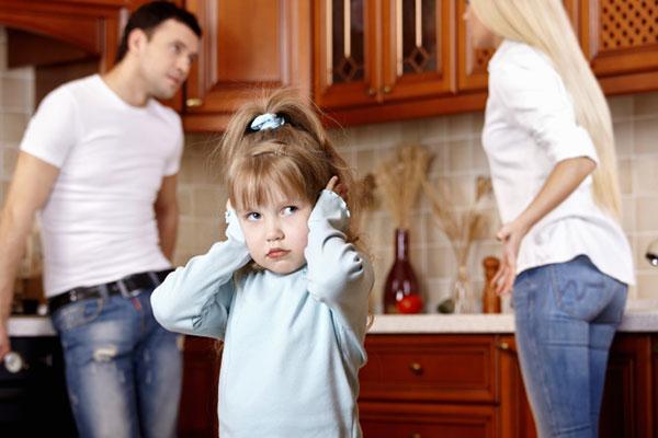 Little girl caught between arguing parents | Sheknows.com