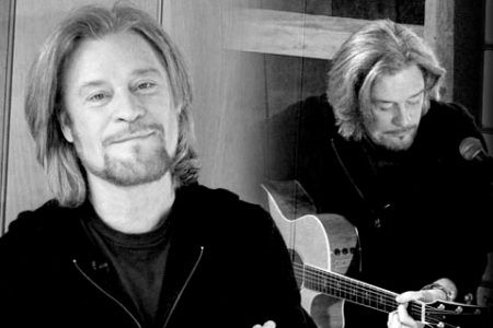 Daryl Hall jams at home on Live from Daryl's House