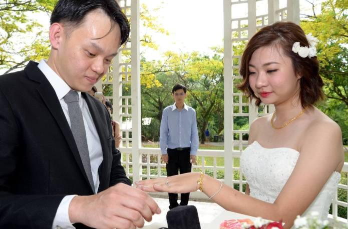 Couple's wedding photos go viral for