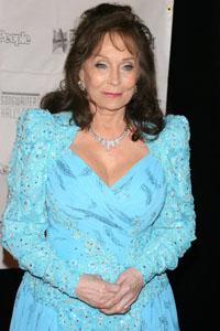Loretta Lynn recovering from pneumonia