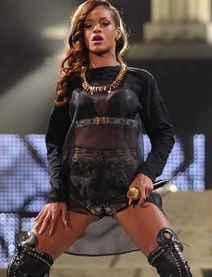 Rude Rihanna arrives three hours late