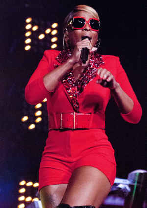 Mary J Blige Performing on Tour
