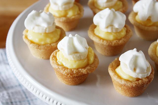 Mini banana-cream cookie pies