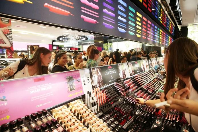 SYDNEY, AUSTRALIA - DECEMBER 05: Shoppers