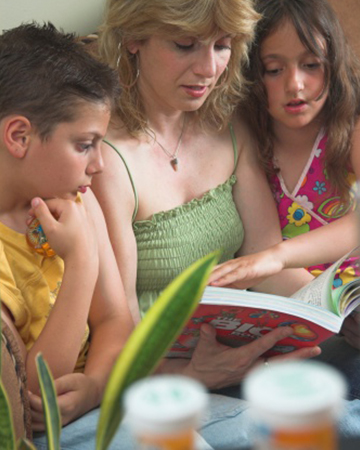 Mother reading to children | Sheknows.com