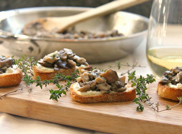 Mushroom bruschetta on crunch cheese toasts
