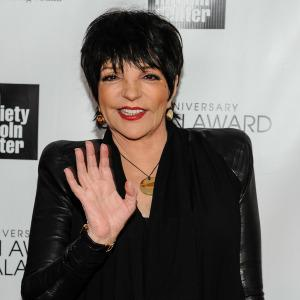 Liza Minnelli performs with a broken