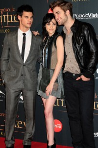 Taylor gives Kristen and Robert a look at the Spain New Moon premiere