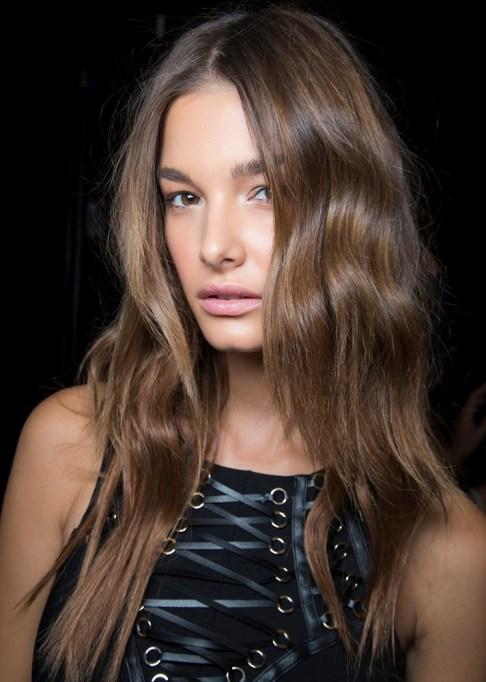 Low-Maintenance Summer Beauty Inspiration Ideas: Long Brown Wavy Hair | Summer Beauty 2017
