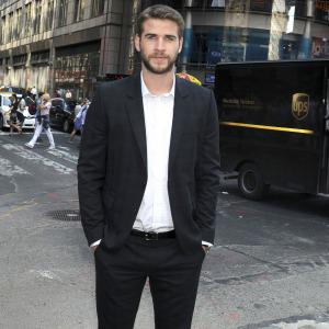 Liam Hemsworth spotted kissing another woman!