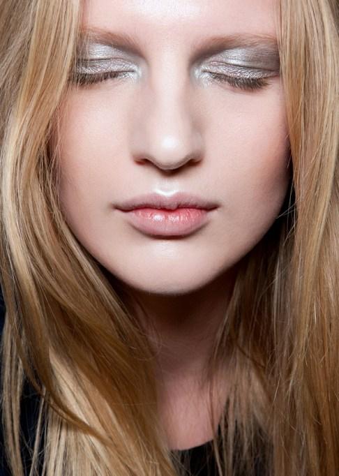 Low-Maintenance Summer Beauty Inspiration Ideas: Blonde Hair Silver Eyeshadow | Summer Beauty 2017
