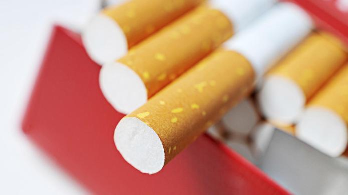 Jenelle Evans smokes cigarettes while breastfeeding
