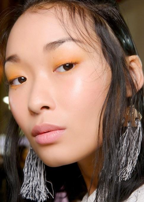 Low-Maintenance Summer Beauty Inspiration Ideas: Brown Hair Yellow Eyeshadow | Summer Beauty 2017