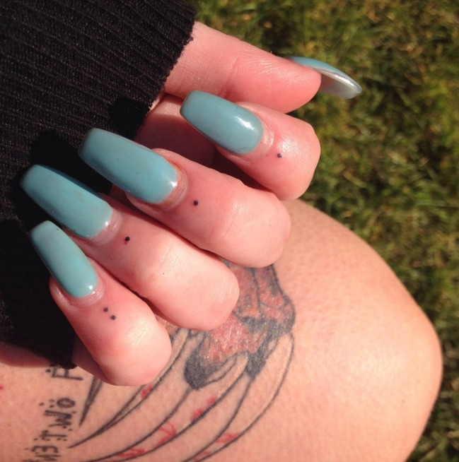 Chic Finger Tattoo Inspo: Dots