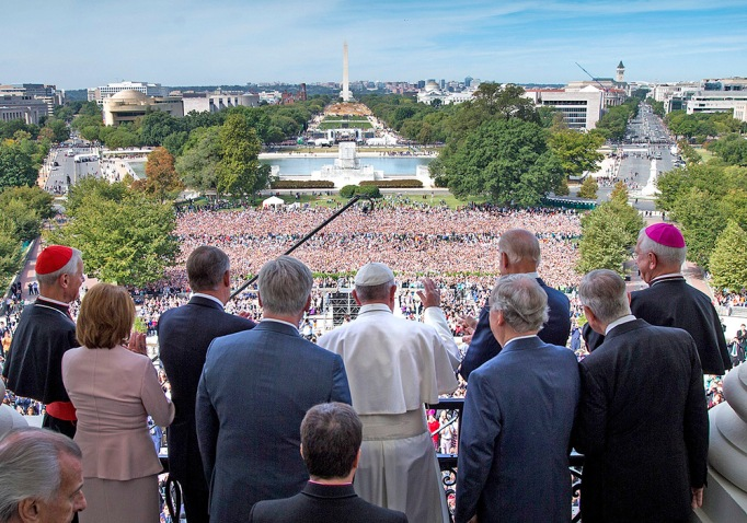 Pope Francis waves on the Speakers Balcony at the US Capitol