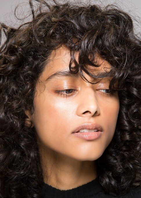 Low-Maintenance Summer Beauty Inspiration Ideas: Brown Curly Hair Natural Look | Summer Beauty 2017