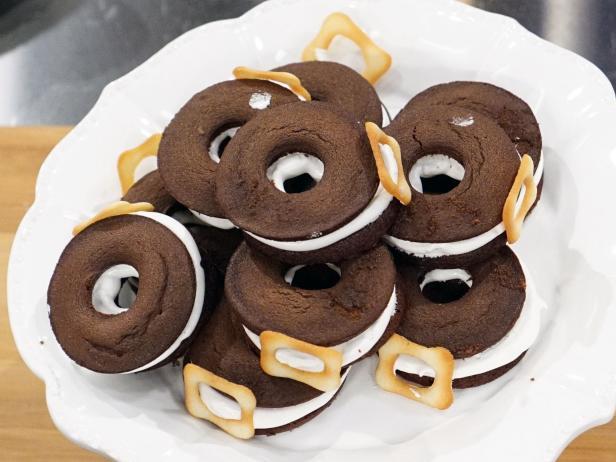 Holiday Baking Championship Recipes: Pilgrim Whoopie Pie