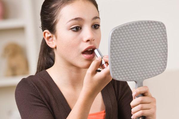 Pre-teen applying makeup | Sheknows.ca