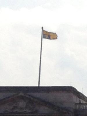 Queen Elizabeth's flag outside BUckingham Palace