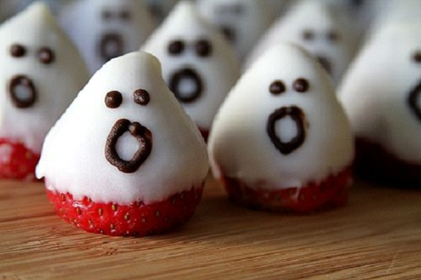 34 Halloween foods that'll take your party to the next level: Strawberry ghosts