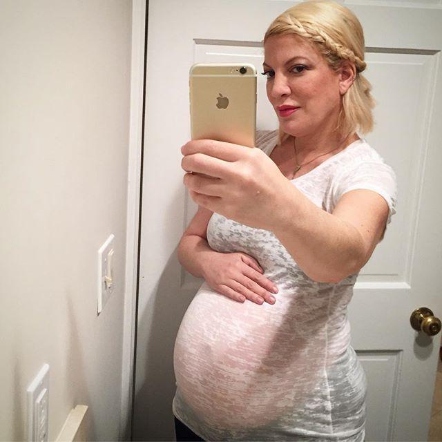 Best Pregnant Celebrity Beauty Looks Ever: Tori Spelling's Mini Hairline Braid | Celeb Style 2017
