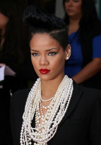 Rihanna goes solo at the London Ingorious Basterds premiere