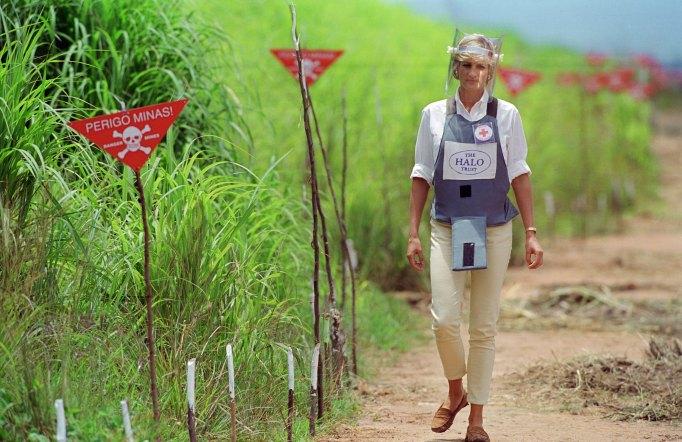 Iconic photos of Princess Diana: Diana walks through a mine field