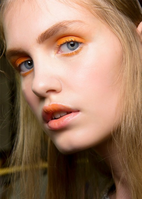 30 Summer Makeup Ideas: Glossy Orange Eyeshadow