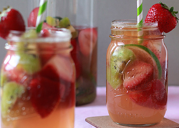 White strawberry-kiwi sangria