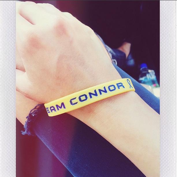 Selena Gomez wears team conor bracelet in support of sick children
