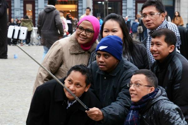 Selfie sticks banned around the world