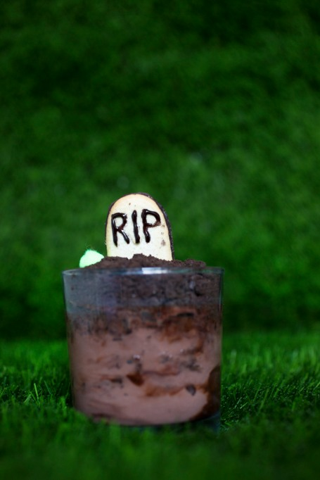 Legitimately Good Halloween Recipes: Chocolate Ice Cream Graveyard | Halloween treats 2017